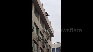 Firefighters save suicidal man from leaping off building - Video