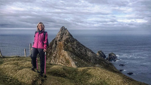 Incredible moment crutch-using cancer survivor conquers cliff top in epic adventure