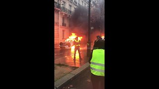 "Paris burns: chaos as ""yellow vests"" protesters set car on fire in central Paris - Video"