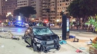Car crash on Copacabana beach kills baby girl - Video