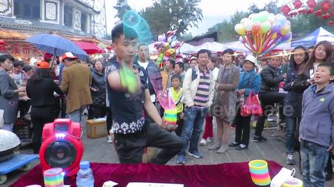 Chinese slinky salesman shows off his mad skills