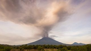 Breathtaking Timelapse Shows Ash Cloud Spewing From Mount Agung Causing Locals To Evacuate - Video