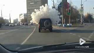 Balloon crazy jeep on road || Viral Video UK - Video