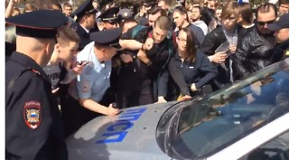 Anti-Putin Protesters Block Police Car From Leaving With Detainees