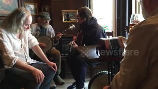 Liam Gallagher surprises Montreal pub with jam session - Video