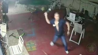 Florida homeowner fights off attackers with machete - Video