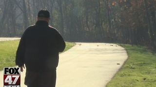 Man walks 50 miles to feed hungry - Video