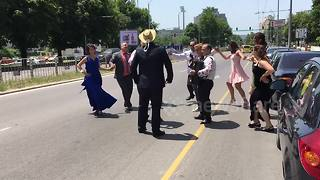 Bulgarian wedding-goers dance on a busy road - Video
