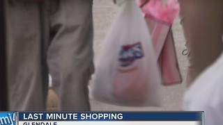 Last-minute Christmas shoppers fill the streets - Video