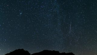 Time lapse: Stunning meteor shower illuminates night sky - Video