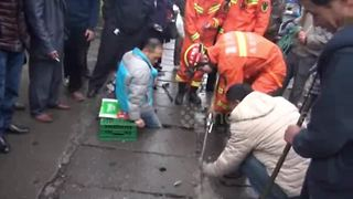 Firefighters rescue man who got his leg stuck in sewer - Video