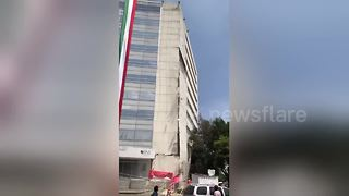 Government building partially collapses in Mexico quake - Video