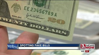 Spotting counterfeit bills during the shopping season - Video