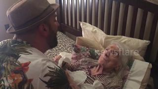 Man serenades grandma for her 98th birthday - Video