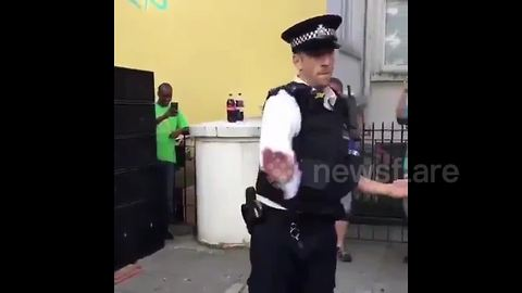 Policeman performs impressive dance moves at Notting Hill Carnival