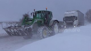 UK farmers help stranded drivers in the snow - Video