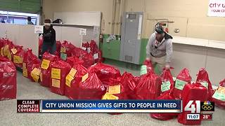 Volunteers help City Union Mission deliver food and presents to needy - Video
