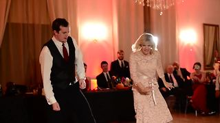 Mother and son pull off epic wedding dance - Video