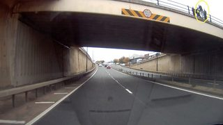 Man caught on dashcam footage threatening to jump from bridge - Video