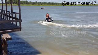 Skimboarder 'steals' jetski in smooth hijacking - Video
