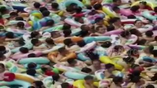 Thousands Cram Into Chinese Swimming Pool During Heatwave - Video
