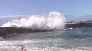 Heavy swells knock kids off pier in Cornwall - Video