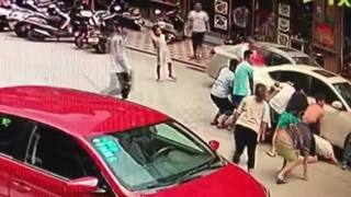 Good Samaritans rescue boy trapped under car - Video