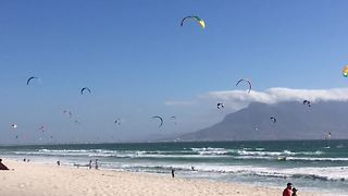 Incredibly massive gathering of kite surfers in Cape Town - Video