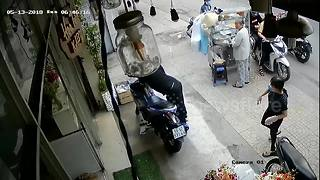 Moment shameless thief steals motorbike in clear sight of bystanders - Video