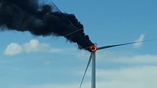 Giant Wind Turbine Goes Up in Flames in Texas - Video