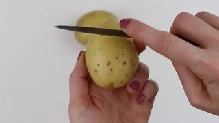 Kitchen hack: How to peel a potato in seconds