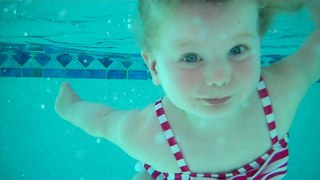 Talented toddler swims and floats in pool - Video