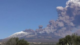 The gentle volcano: Time-lapse shows Mount Etna saluting 2018 with spectacular eruption - Video
