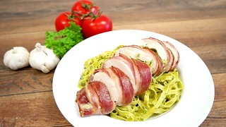 Pesto and mozzarella chicken wrapped in bacon - Video