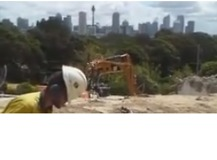 Construction Worker Sings Pavarotti During Work, Has Voice of an Angel - Video