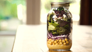 Chickpea, red butterhead lettuce and feta jar salad - Video