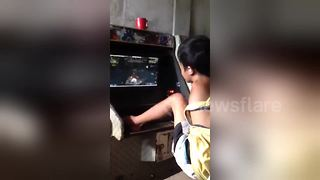 Kid with no arms plays arcade games with his feet - Video