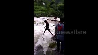 Moment villagers save cow from middle of flooded river in India - Video