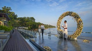 One-of-a-kind wedding ceremony lets couples walk down floating isle in paradise - Video