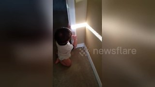 Adorable moment baby discovers his shadow - Video