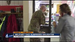Military dad surprises daughter at school - Video