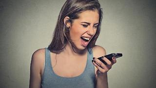 Why you're more likely to be scammed on your smartphone - Video