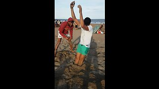 Dudes at beach pull off hilarious inflatable illusion - Video