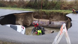 Firefighters Recover Vehicles From San Antonio Sinkhole - Video