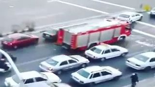 Motorists giving way to fire engine truck - Video