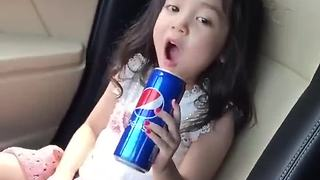 Little girl preciously sings along to her favorite artist - Video