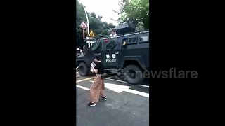 Armed police have water fight with children - Video