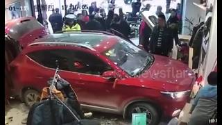 Car mows down clothes shop worker - Video