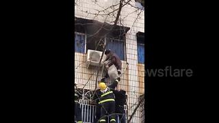 Disabled man rescues pregnant woman trapped in burning building - Video