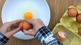 The smartest way to separate egg yolk from white - Video